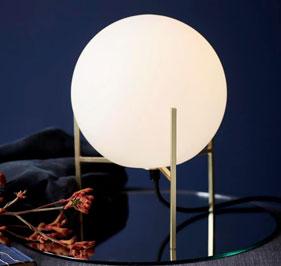 Alton bordlampa är nätt och med en stilren och lyxig känsla